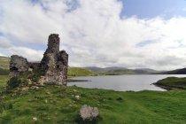 Reino Unido, Escocia, Highlands, Ruinas antiguas del castillo - foto de stock
