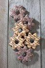 Seis decorados biscoitos de Natal na madeira cinza — Fotografia de Stock