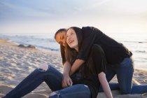 Две молодые женщины друзей на пляже — стоковое фото