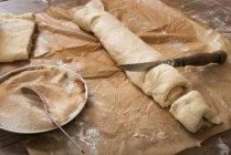 Chiuda in su della pasta di taglio Franzbroetchen su carta da forno — Foto stock