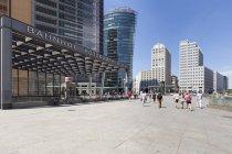 Germania, Berlino, vista sulla BahnTower, sul Beisheim Center e sulla stazione ferroviaria di Potsdam Square — Foto stock