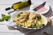 Asperges vertes et blanches dans la poche de bacon et de crêpes avec sauce Hollandaise — Photo de stock
