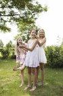 Три девушки, тратить свое время с Парикмахерские — стоковое фото
