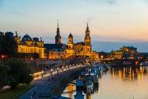 Alemania, Sajonia, Dresde vista iluminada del paisaje urbano - foto de stock