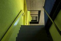 Escalera de la casa multifamiliar moderna - foto de stock