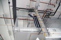 Техник в здании фабрики — стоковое фото