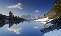 Австрии, Штирии, Лицене район, Тауэрн, вид Дахштайн, озеро Spiegelsee в дневное время — стоковое фото