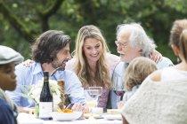 Счастливая семья весело на вечеринку в саду — стоковое фото