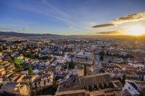 Paesaggio urbano al tramonto visto dal quartiere Realejo-San Matias, Granada, Andalusia, Spagna — Foto stock