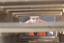 Строитель просматривает стопку поддонов — стоковое фото
