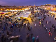 Afrique, Maroc, Marrakech-Tensift-El Haouz, Marrakech, rue commerçante à la place Djemaa el-Fna le soir — Photo de stock