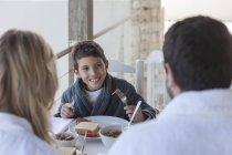 Glückliche Familie auf der Terrasse beim Frühstück — Stockfoto
