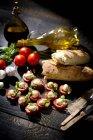 Tranches de fromage mozzarella, tomates et basilic — Photo de stock