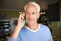 Porträt von Mann mit weißen Haaren telefonieren mit Smartphone in einem café — Stockfoto