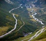 Alpi, vista verso valle e montagna passano durante il giorno — Foto stock