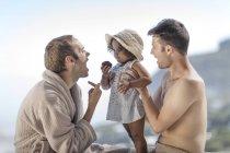 Schwules Paar mit Tochter im Freien — Stockfoto