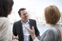 Collègues d'affaires se réunissant à l'extérieur du bureau — Photo de stock