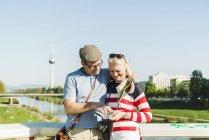 Germania, Mannheim, Coppia matura in vacanza, guardando la mappa — Foto stock