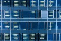Façade en verre d'un immeuble de bureaux moderne à Munich, Allemagne — Photo de stock