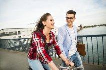 Allemagne, Mannheim, jeune homme et femme à vélo sur le pont — Photo de stock