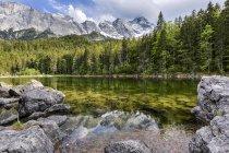 Alemania, Baviera, Grainau, montañas de Wetterstein, lago Frillensee con Zugspitze - foto de stock