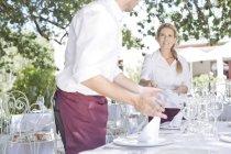 Офіціанти, настроювання відкритий ресторан таблиці — стокове фото