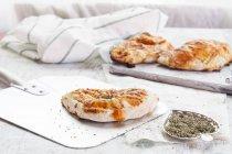 Pizze Calzone sul bordo di legno bianco con condimento — Foto stock
