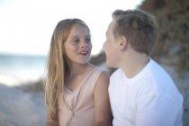 Sonriente, adolescente y niña en la playa - foto de stock