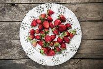 Placa de fresas frescas - foto de stock