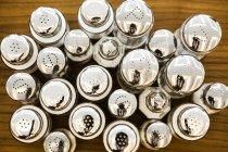 Група сіль шейкери над деревної поверхні — стокове фото