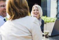 Uomini d'affari donne che si incontrano a Caferteria — Foto stock