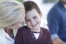Primo piano di Madre e figlio sorridente in piedi insieme — Foto stock