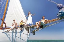 Amis sur la proue d'un voilier — Photo de stock
