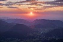 Autriche, Basse-Autriche, Alpes viennoises, Vue de Schneeberg à Puchberg am Schneeberg au lever du soleil — Photo de stock