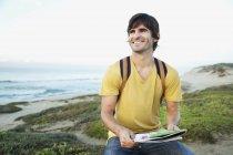 África do Sul, sorrindo homem com mapa no litoral — Fotografia de Stock