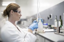 Scientist in lab working with liquid — Stock Photo