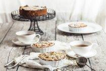 Ревінь tartelettes з мигдалем і чай на сірий дерев'яний стіл — стокове фото