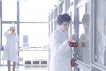 Две женщины-химика работают в лаборатории — стоковое фото