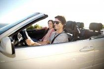 Южная Африка, счастливая пара в кабриолет — стоковое фото