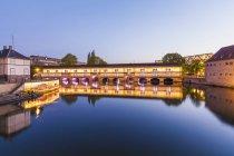 France, Alsace, Strasbourg, La Petite France, L'Ill river, Barrage Vauban — стоковое фото