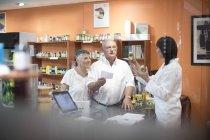 Фармацевт магазин женского здоровья, консультирование старших пара — стоковое фото