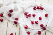 Placa de cerezas frescas - foto de stock