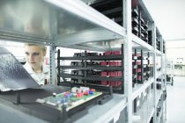 Technicien vérifiant étagère avec cartes de circuits imprimés — Photo de stock