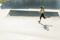 Молода жінка, біг на ковзанах парк — стокове фото