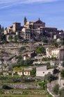 Іспанія, Балеарські острови, Майорка, Valldemossa, S'Arxiduc, подання до села з церквою — стокове фото