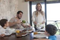 Familie zu Mittag am Esstisch — Stockfoto