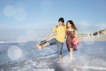 Afrique du Sud, couple heureux pataugeant dans l'océan — Photo de stock
