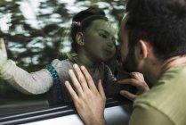 Дівчина цілуватися батька за області вікна в автомобілі — стокове фото