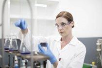 Scientifique travaillant avec des liquides en laboratoire — Photo de stock