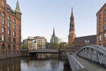 Німеччина, Гамбург, міст і церква в Шпейхерштадтом — стокове фото